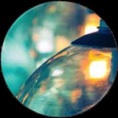 foto abstracta de parte de una bombilla con fondo azul